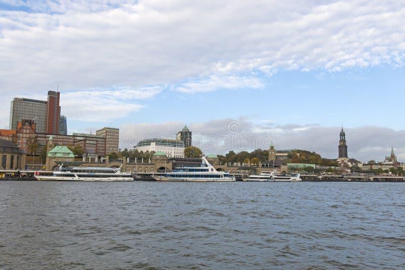 Vue du St Pauli Piers, une d'attr de touriste de commandant du ` s de Hambourg image stock