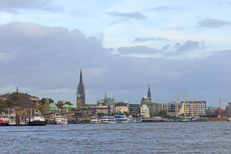 Vue du St Pauli Piers, une d'attr de touriste de commandant du ` s de Hambourg photos libres de droits