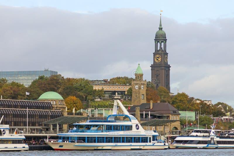 Vue du St Pauli Piers, une d'attr de touriste de commandant du ` s de Hambourg images stock