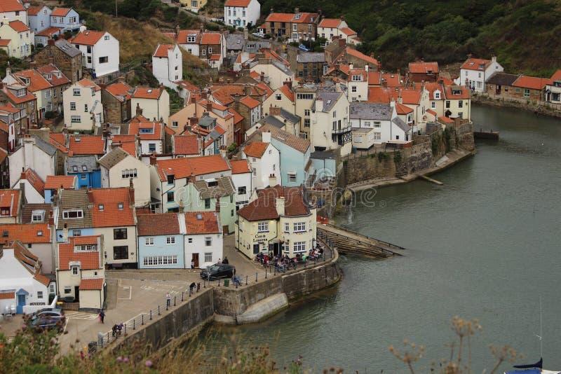Vue du sud de falaise vers le bas sur Staithes, Yorkshire, R-U images libres de droits