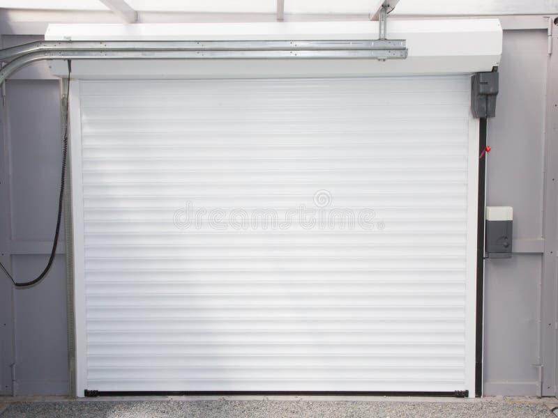Vue du système et du mécanisme de la porte automatique électrique de garage images libres de droits