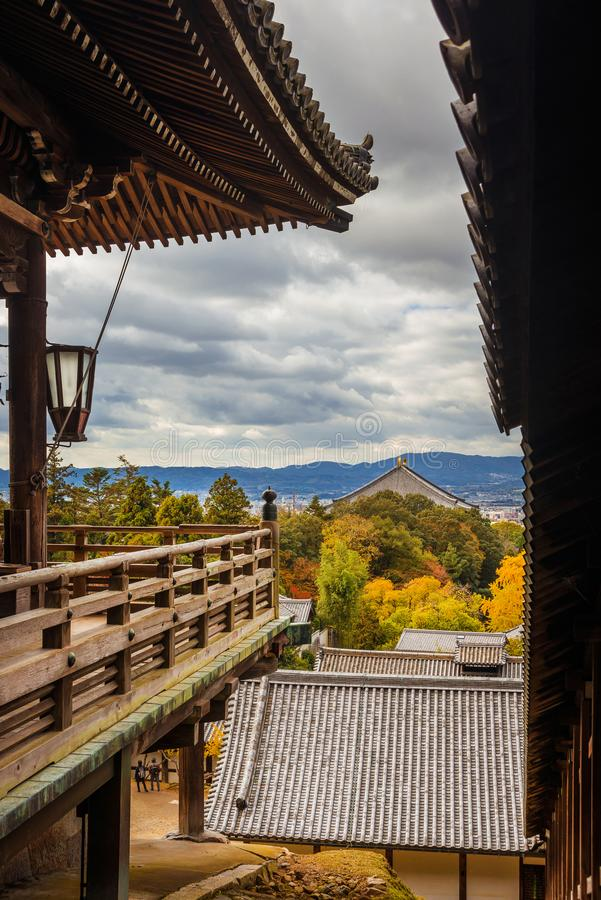 Vue du temple de Todai et de la ville de Nara de la vieille terrasse de Nigatsu Hall photos libres de droits