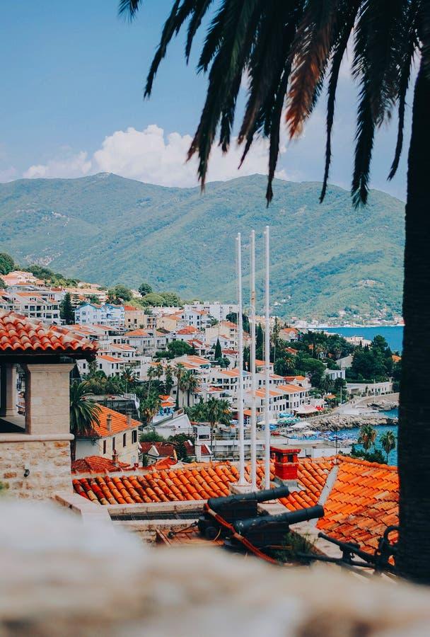 Vue du toit rouge et de la baie de Herceg Novi image libre de droits