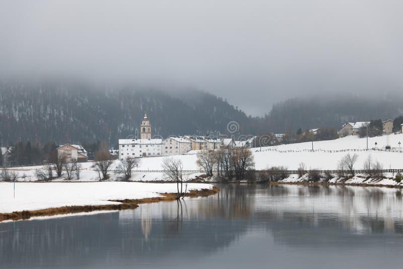 Vue du village de Celerina dans la vallée Suisse d'Engadine photographie stock