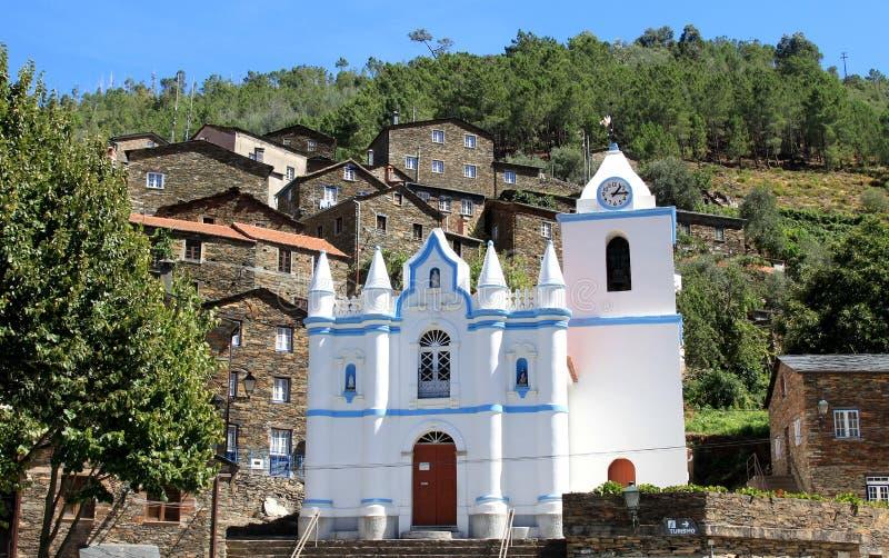 Vue du village de montagne portugais de Piodao images libres de droits