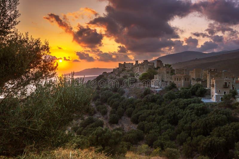 Vue du village médiéval pittoresque de Vatheia avec des tours, Lakonia, Péloponnèse images libres de droits