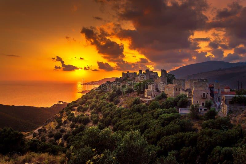 Vue du village médiéval pittoresque de Vatheia avec des tours, Lakonia, Péloponnèse photos stock