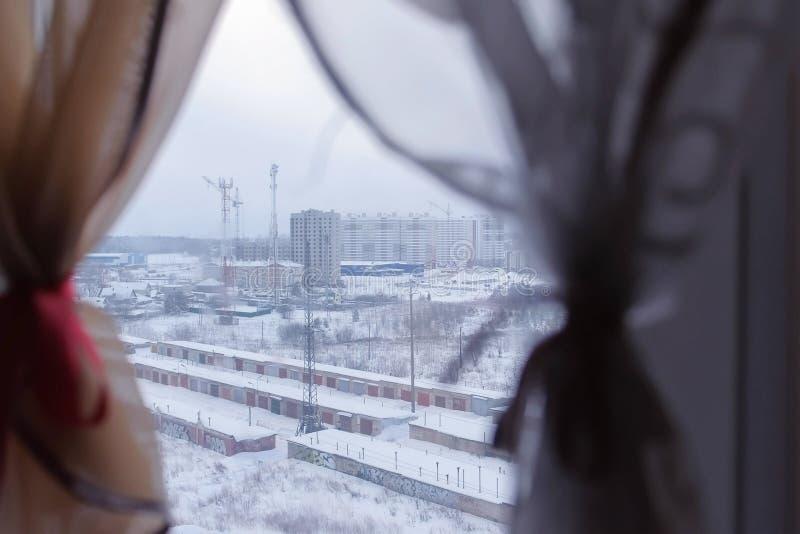 Vue du voisinage en construction et des rangées des garages de la fenêtre d'appartement dans le gratte-ciel image stock