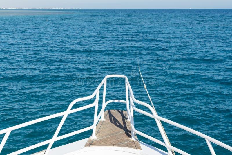 Vue du yacht vers la mer ouverte Le bateau en mer ouverte montre l'arc dans un jour d'?t? image libre de droits