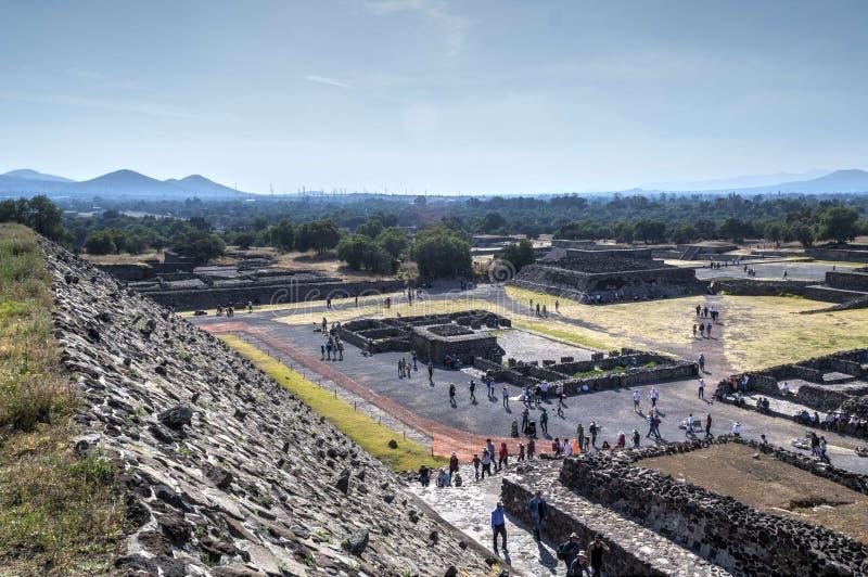Vue en bas de l'avenue des morts de la pyramide du Sun, Teotihuacan Mexique Les touristes ont aligné pour monter la pyramide du s photographie stock libre de droits
