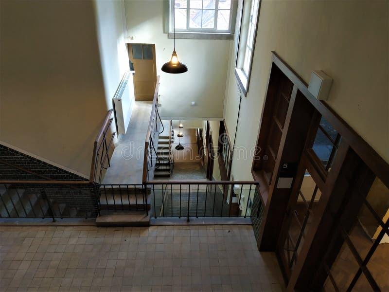Vue en bas de l'escalier d'un vieux bâtiment industriel photographie stock