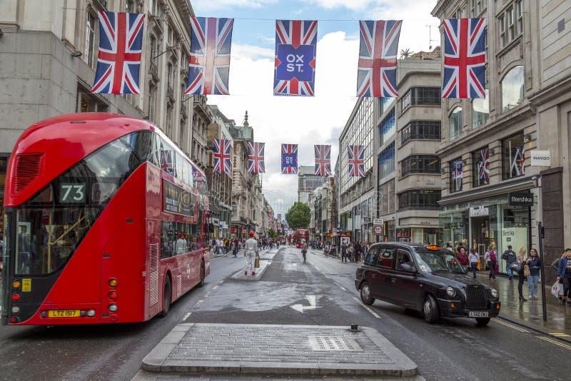 Vue en bas du centre de la rue d'Oxford images stock