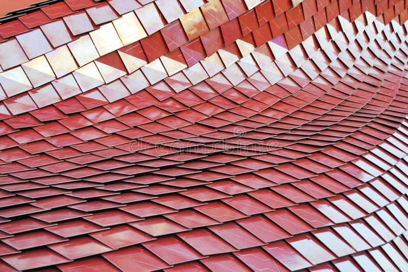 Vue en gros plan à la conception abstraite du modèle incurvé marron de carreaux de céramique images stock