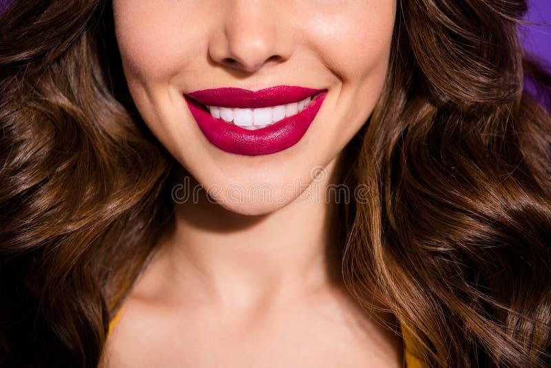 Vue en gros plan cultivée de elle elle lèvres sensuelles dodues de gentille dame aux cheveux ondulés gaie gaie parfaite adorable  photographie stock libre de droits