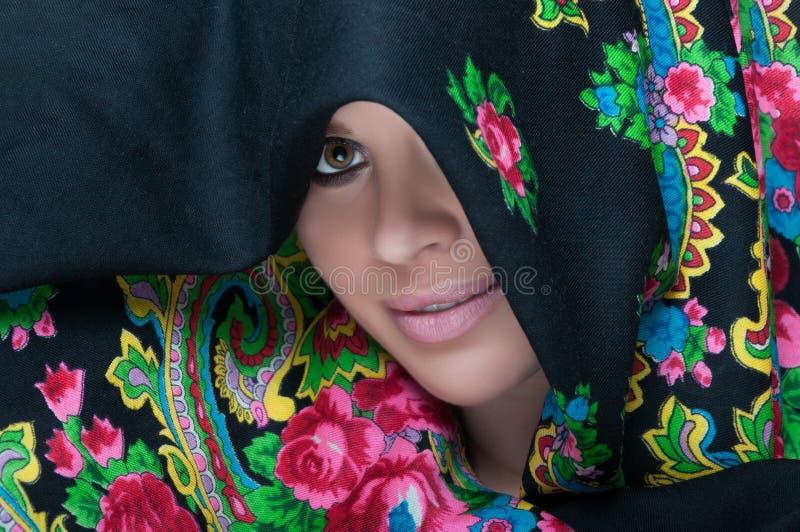Vue en gros plan d'écharpe de port de portrait femelle image libre de droits