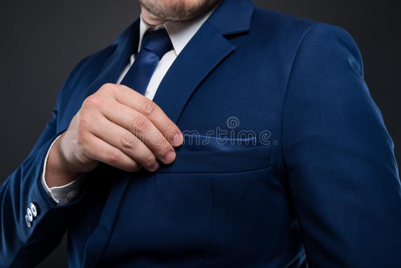Vue en gros plan d'homme d'affaires fixant sa place de poche photos stock