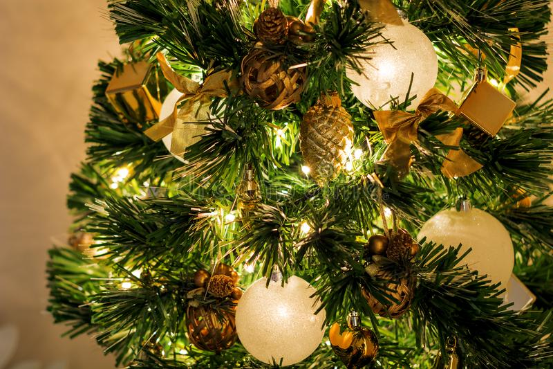 Vue en gros plan d'un arbre de Noël décoré photos libres de droits