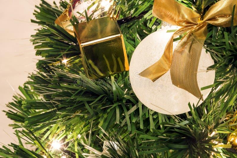 Vue en gros plan d'un arbre de Noël décoré photo libre de droits