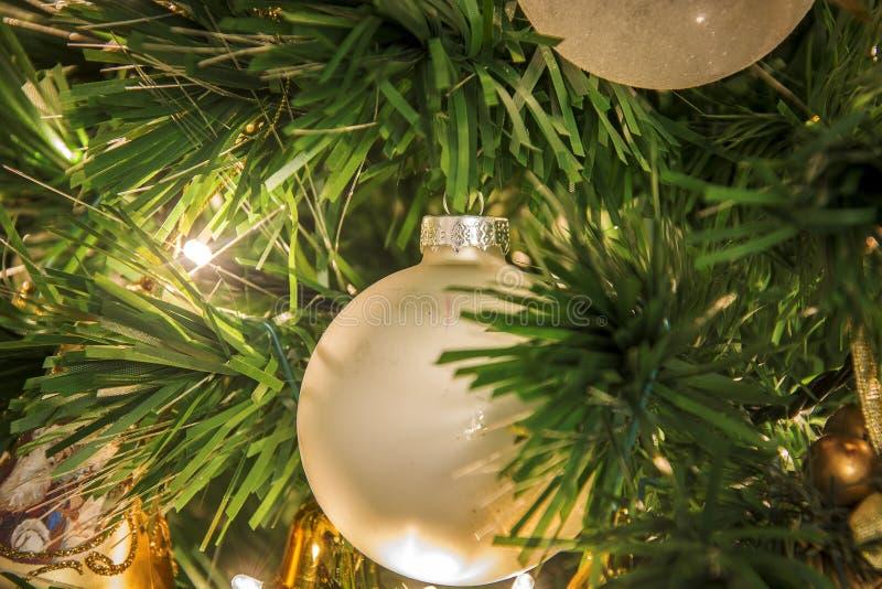 Vue en gros plan d'un arbre de Noël décoré image libre de droits