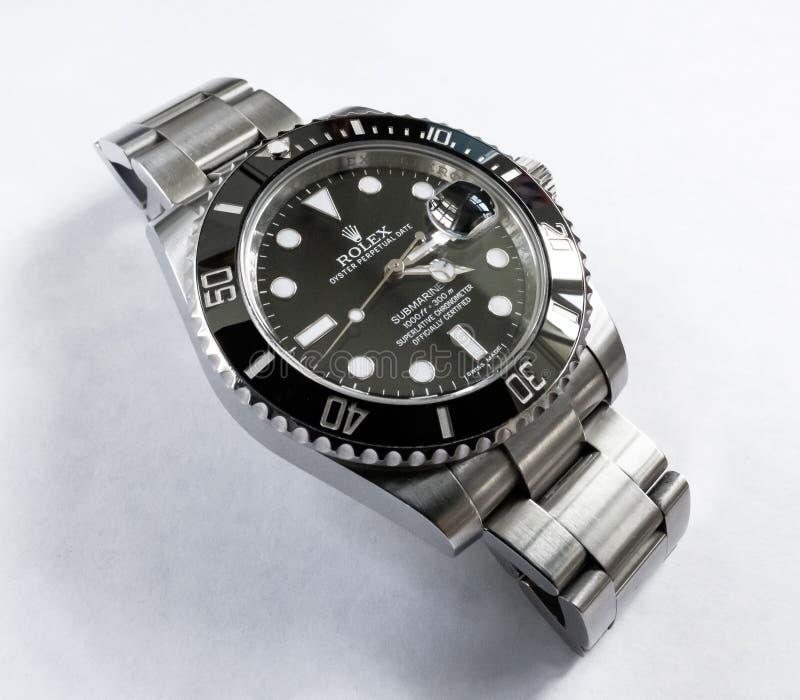 Vue en gros plan d'une montre automatique manufacturée bien connue et suisse de plongée du ` s d'hommes vue sur une table de bijo image libre de droits