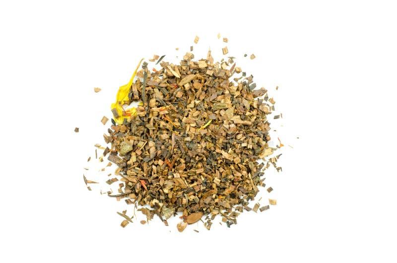 Vue en gros plan d'une pile de feuilles de thé de Honeybush d'isolement photo stock