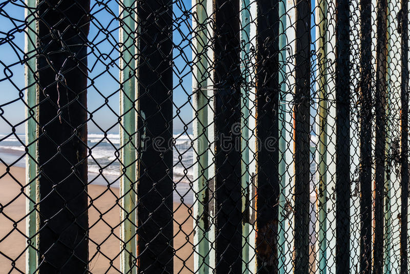 Vue en gros plan de barrière With Tijuana Beach de frontière internationale images libres de droits