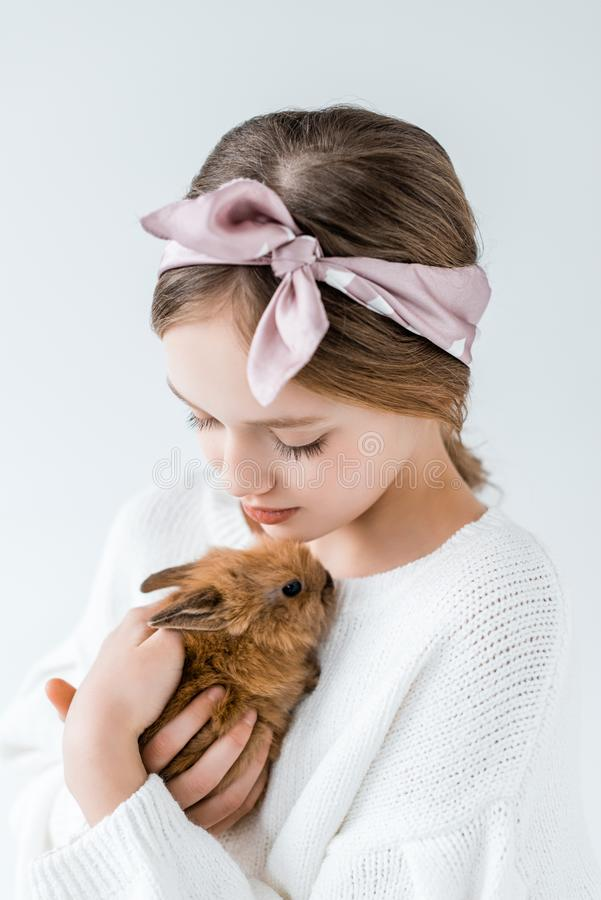 Vue en gros plan de belle adolescente tenant le lapin velu adorable photographie stock