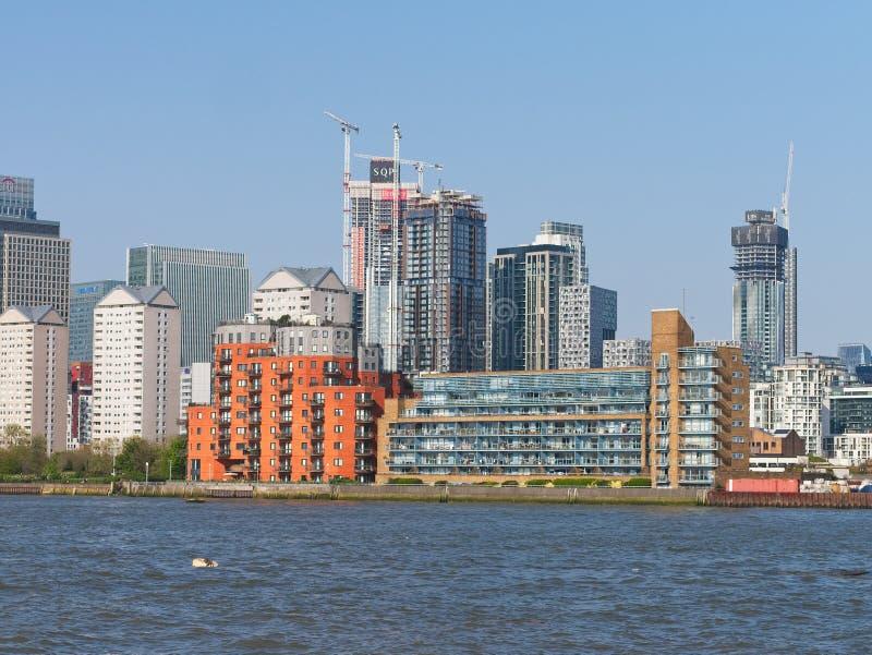 Vue en gros plan de Canary Wharf, appartements de rive images stock