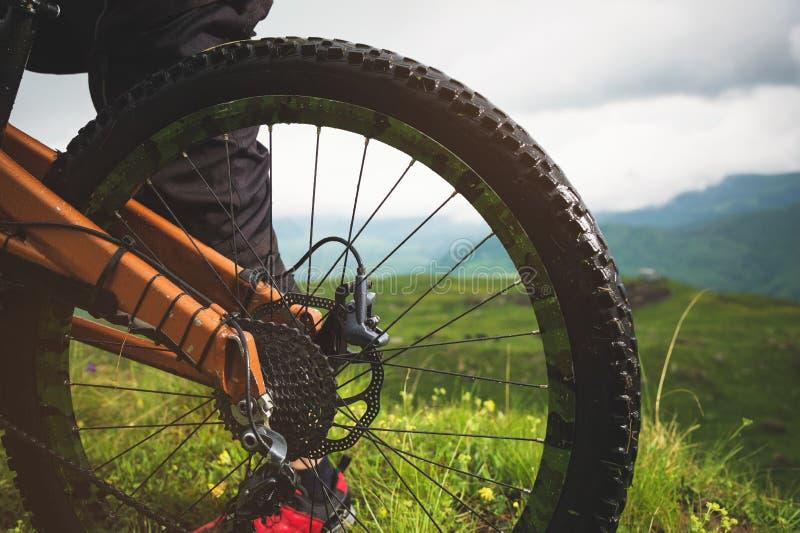 Vue en gros plan de cassette de roue arrière de vélo de montagne sur le paysage et l'herbe verte images libres de droits