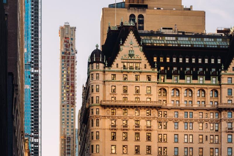 Vue en gros plan de l'hôtel de plaza et de la construction moderne de gratte-ciel près du Central Park dans Midtown Manhattan New image libre de droits