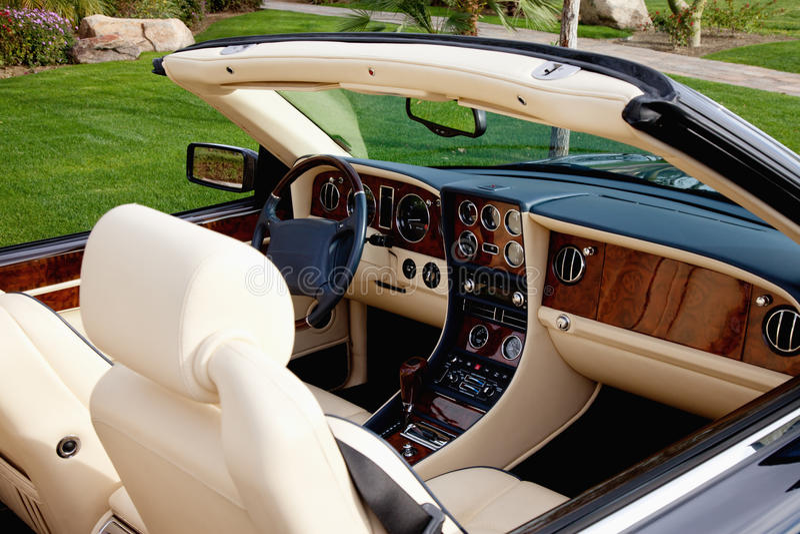 Vue en gros plan de l 39 int rieur de la voiture de luxe avec for Interieur de voiture
