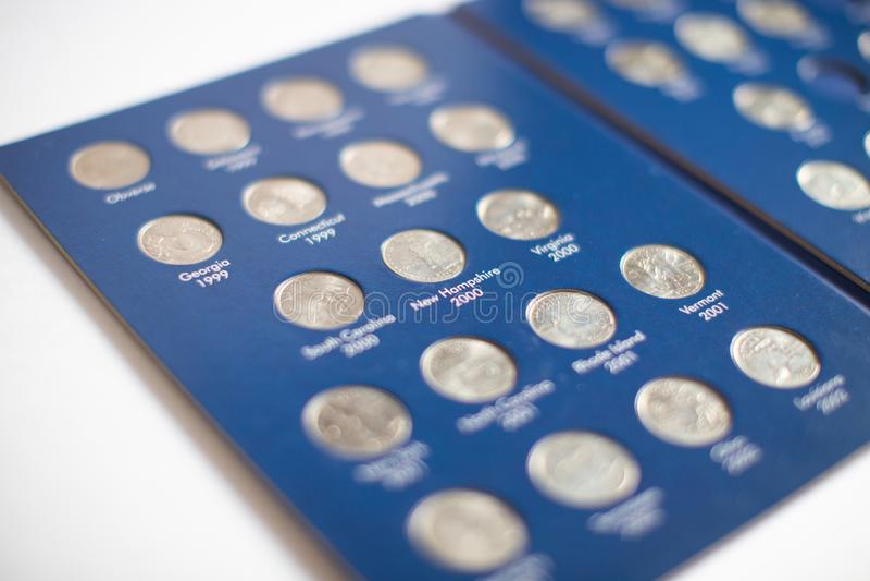 Vue en gros plan de la perception de quarts de dollar 25 pi?ces de monnaie de cents dans l'album - collection numismatique photo stock