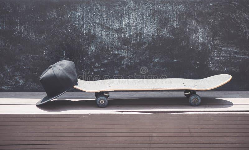 Vue en gros plan de la planche à roulettes avec un chapeau photos libres de droits