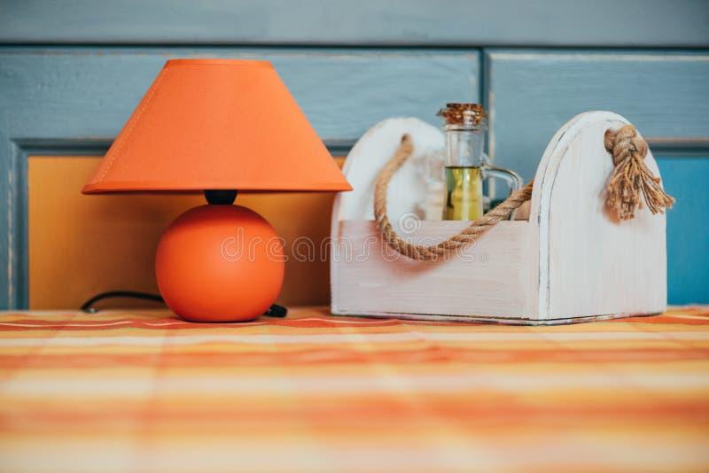 vue en gros plan de lampe orange décorative et de boîte en bois avec des épices sur la table dans le restaurant image stock