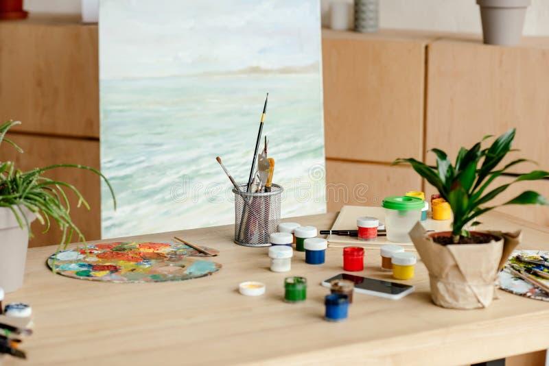vue en gros plan de lieu de travail d'artiste avec les pinceaux et la palette images stock
