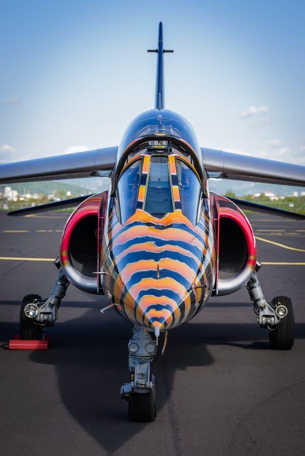 Vue en gros plan de nez et d'habitacle des chasseurs modernes de jet avec la livrée noire et jaune photographie stock libre de droits
