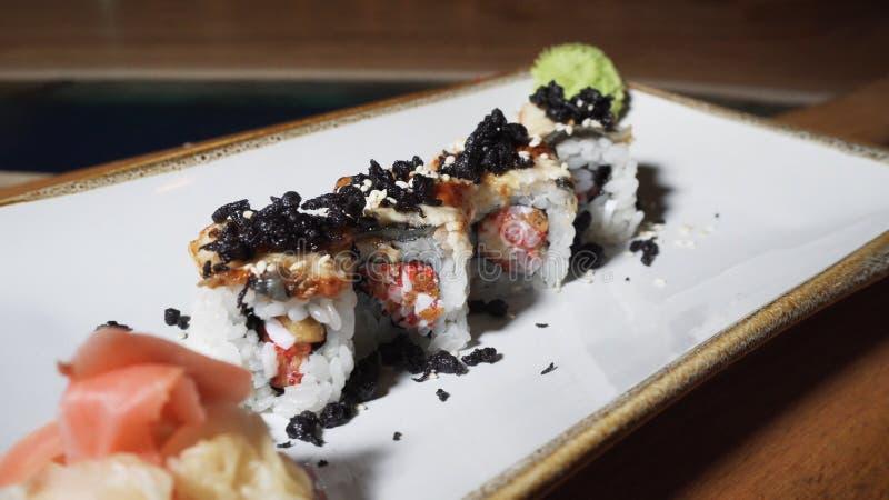 Vue en gros plan de 4 petits pains europ?ens d?licieux avec l'anguille, le wasabi et le gingembre s'?tendant sur un plat tournant photo stock