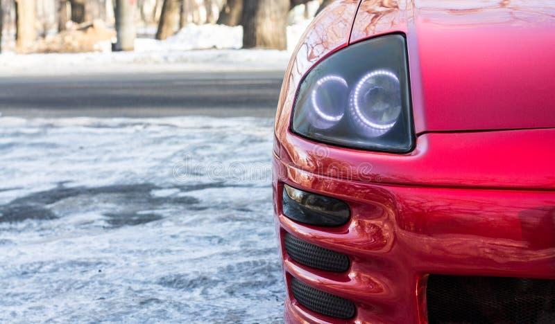 Vue en gros plan de phare rouge de voiture de sport photos stock