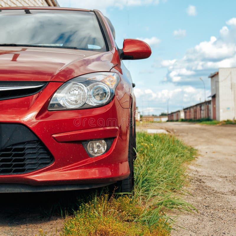 Vue en gros plan de phare rouge de voiture de sport photos libres de droits