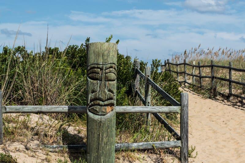 Vue en gros plan de Tiki sur la plage chez Sandbridge photo libre de droits