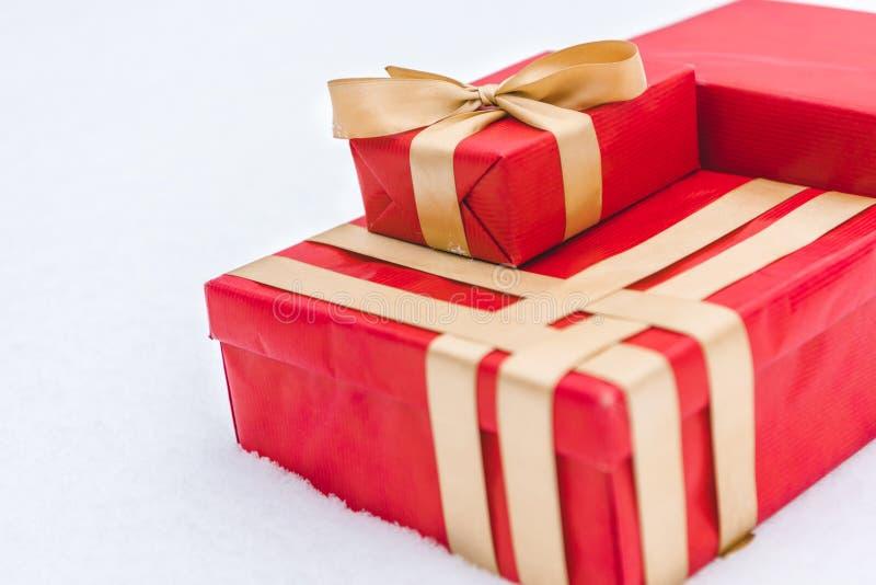 vue en gros plan des boîte-cadeau rouges avec les rubans d'or image stock