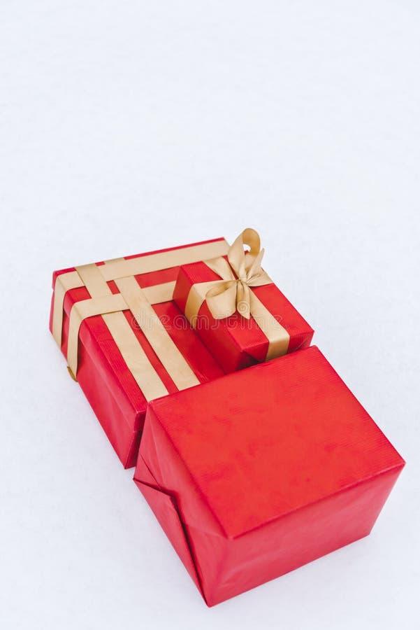 vue en gros plan des boîte-cadeau rouges avec les rubans d'or photographie stock