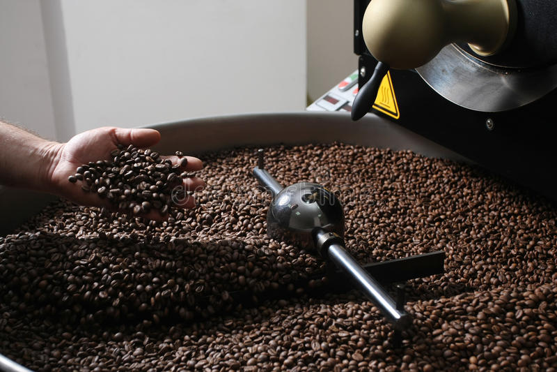 Vue en gros plan des grains de café rôtis photo stock