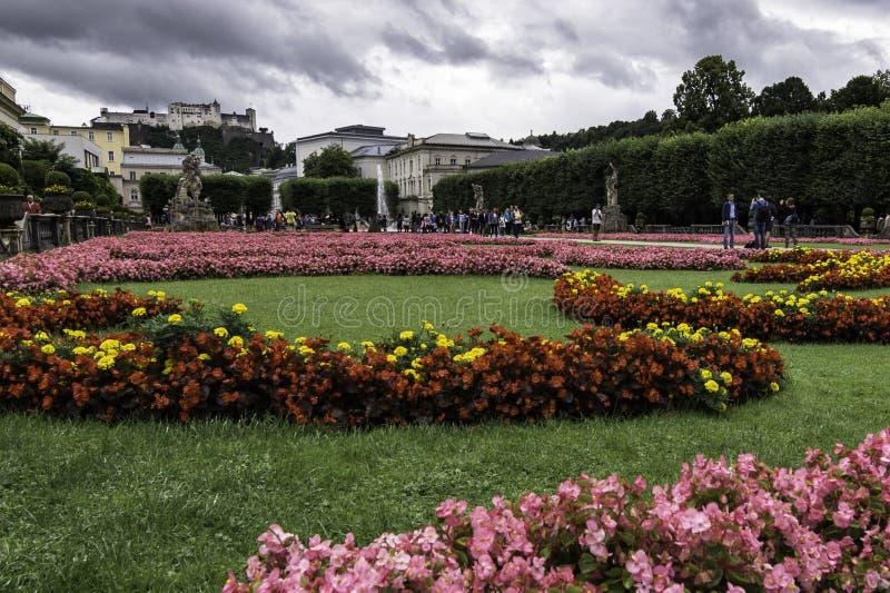 Vue en gros plan des jardins de palais de Mirabell avec la forteresse de Hohensalzburg ? l'arri?re-plan, Salzbourg, Autriche photographie stock