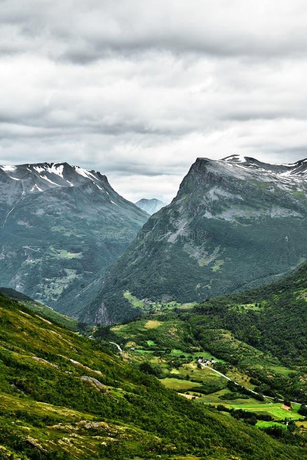 Vue en gros plan des montagnes en Norvège occidentale avec de petits villages et ville au fond de la vallée et des sommets couver photographie stock