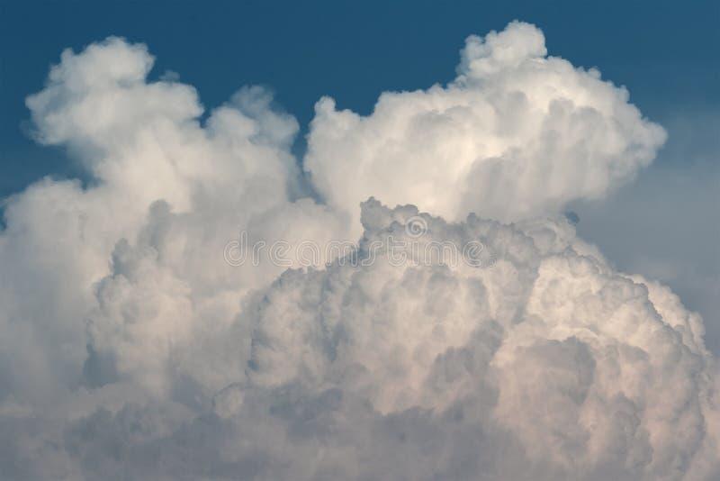 Vue en gros plan des nuages noirs L'été, orage commence photographie stock libre de droits