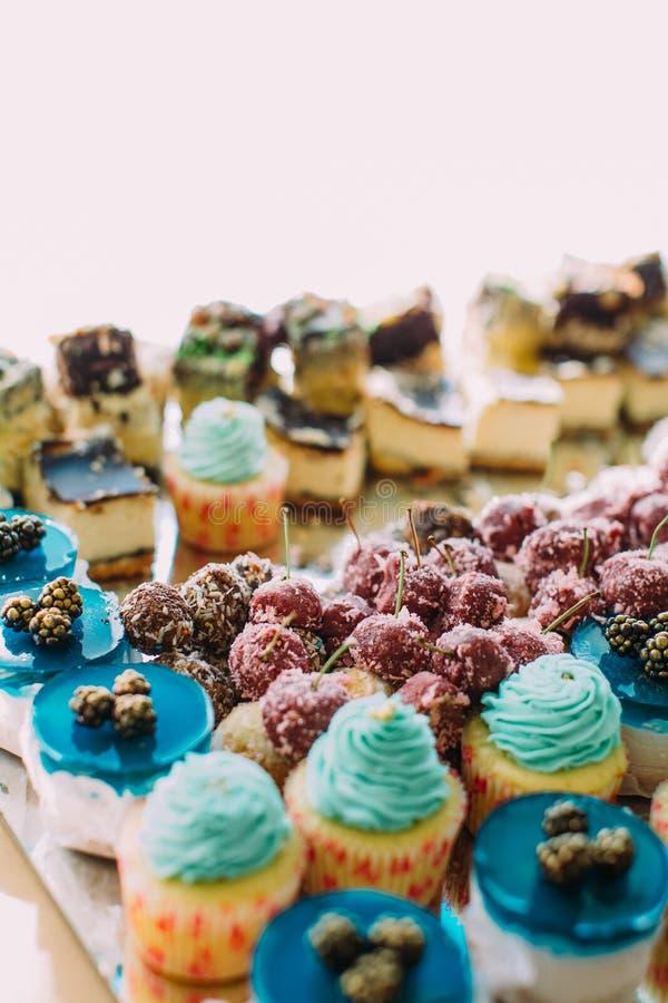 Vue en gros plan des petits gâteaux de mariage avec la gelée décorée des fruits photo libre de droits