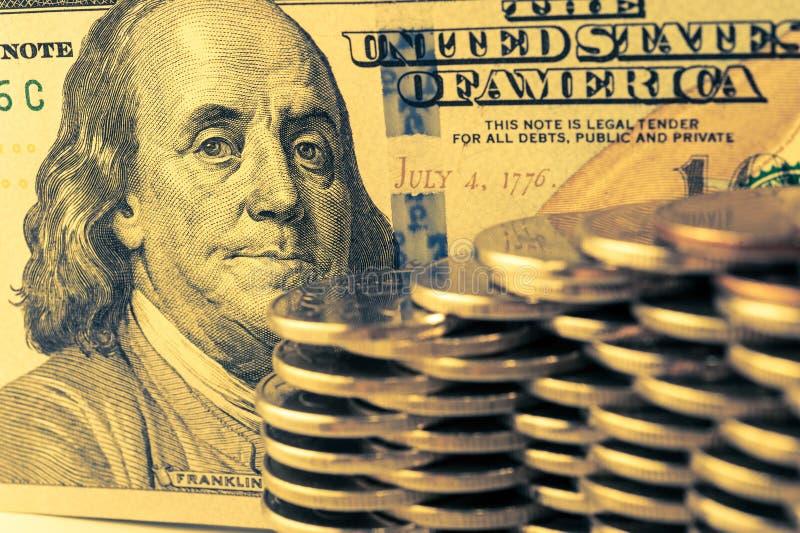 Vue en gros plan des pièces de pile et des billets d'un dollar américains d'argent d'argent liquide Concept de finances et d'affa photo stock