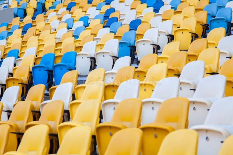 Vue en gros plan des sièges blancs, rouges et jaunes de stade sur le Stade Olympique image libre de droits