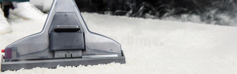vue en gros plan du nettoyage à la vapeur chaud du tapis blanc avec le vide professionnel image libre de droits